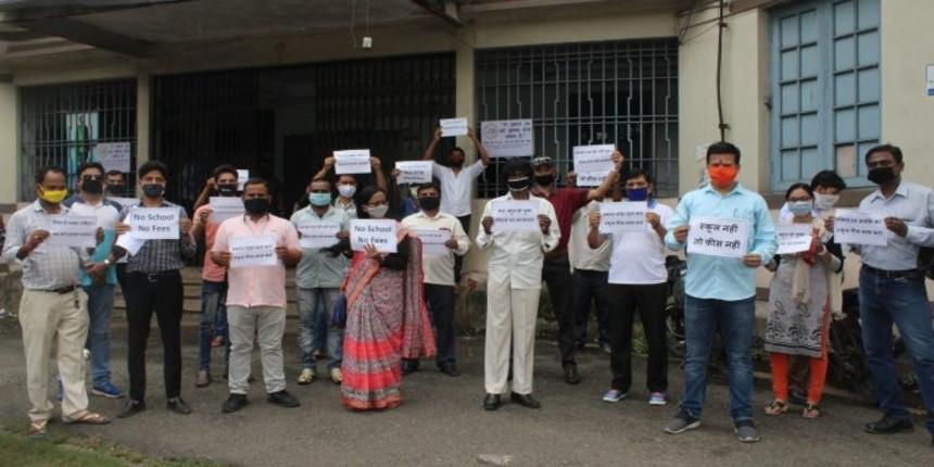 Parents demonstrate before Kolkata schools demanding fee reduction