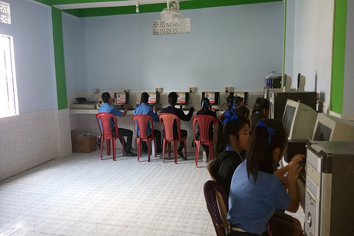Ideal English School-IT-Lab with students