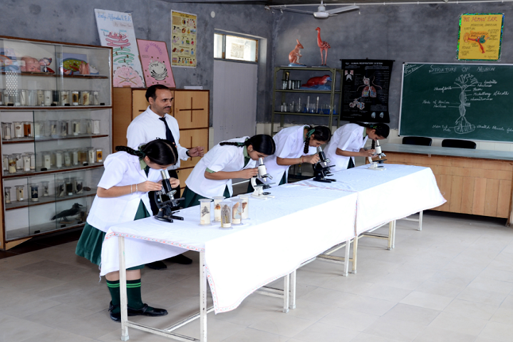 Mata Gujri Public School-lab