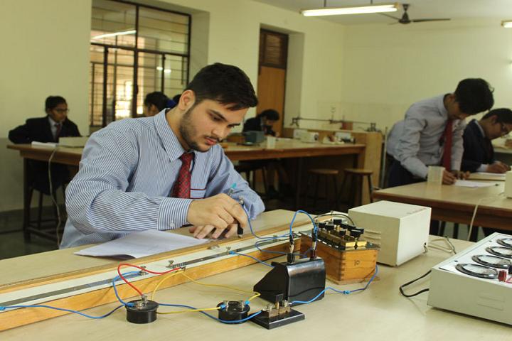 Sir Padam Pat Singhania School-Physics Lab