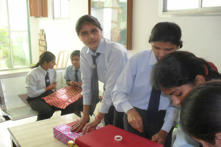 Florence Dale Public School-Prizes Packing