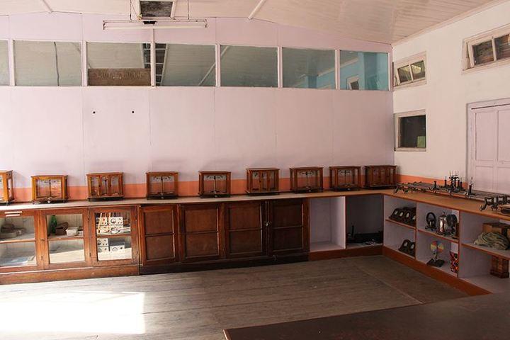 Loreto Convent School-Physics Lab