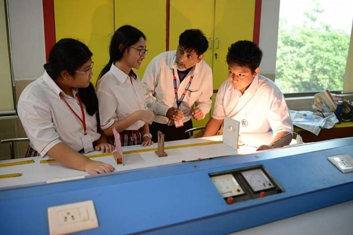 Meenakshi World School-Physics Lab