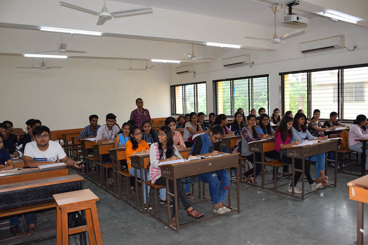 L S Raheja College Of Arts and Commerce-Classroom