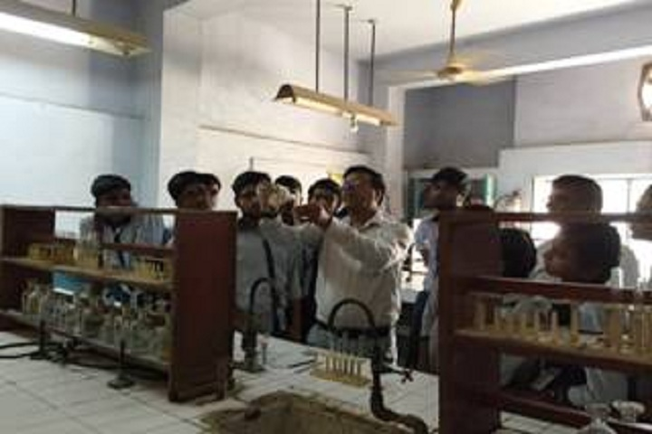 Delhi Tamil Education Association Senior Secondry School- Chemistry lab