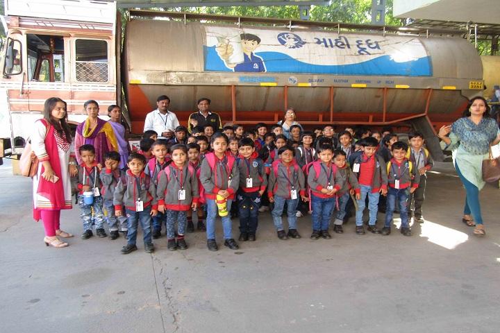 Kakubhai Parikh school-Toddlers Visit to Diary Farm